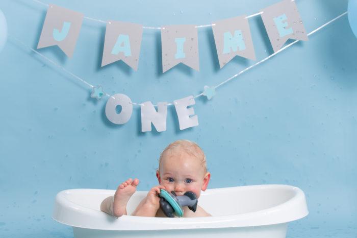 portfolio cakesmash jongetje met speelgoed in en voet buiten bad