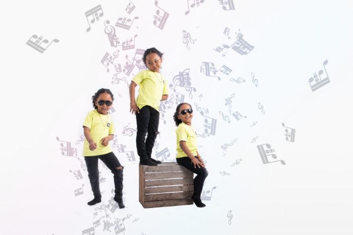portfolio kinderen 3 jongentjes op houten krat