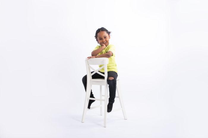 portfolio kinderen jongetje op achterstevoren stoel