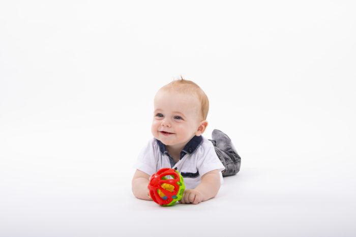 portfolio kinderen jongetje spelend op grond met bal