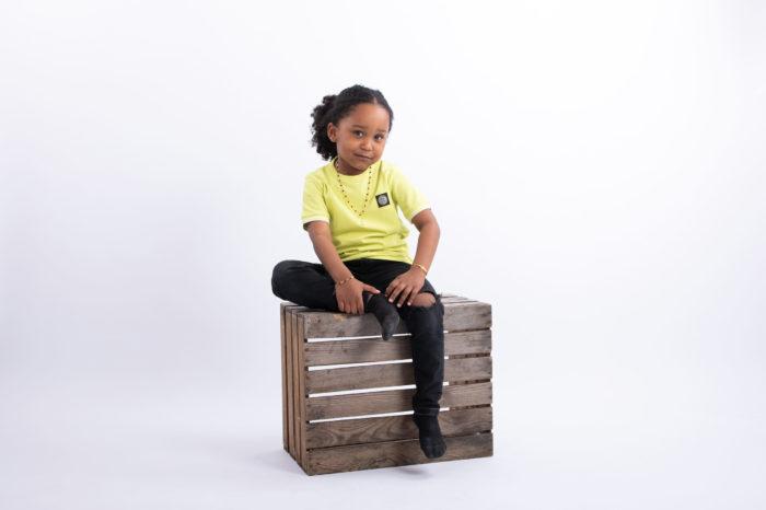 portfolio kinderen jongetje zittend op houten krat