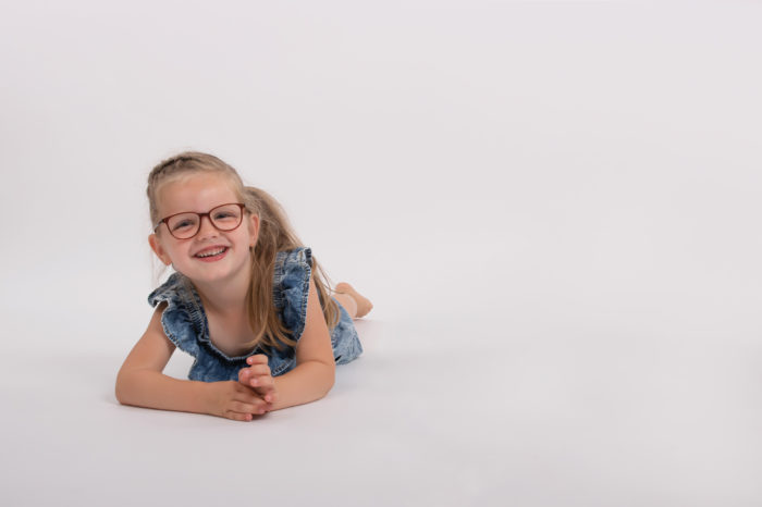 portfolio kinderen meisje liggend op de ellebogen op grond