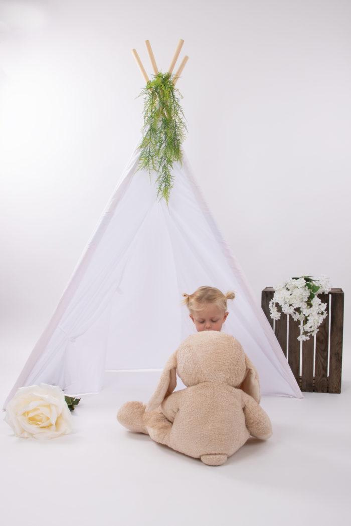 portfolio kinderen meisje zittend voor tent met konijn en grote roos