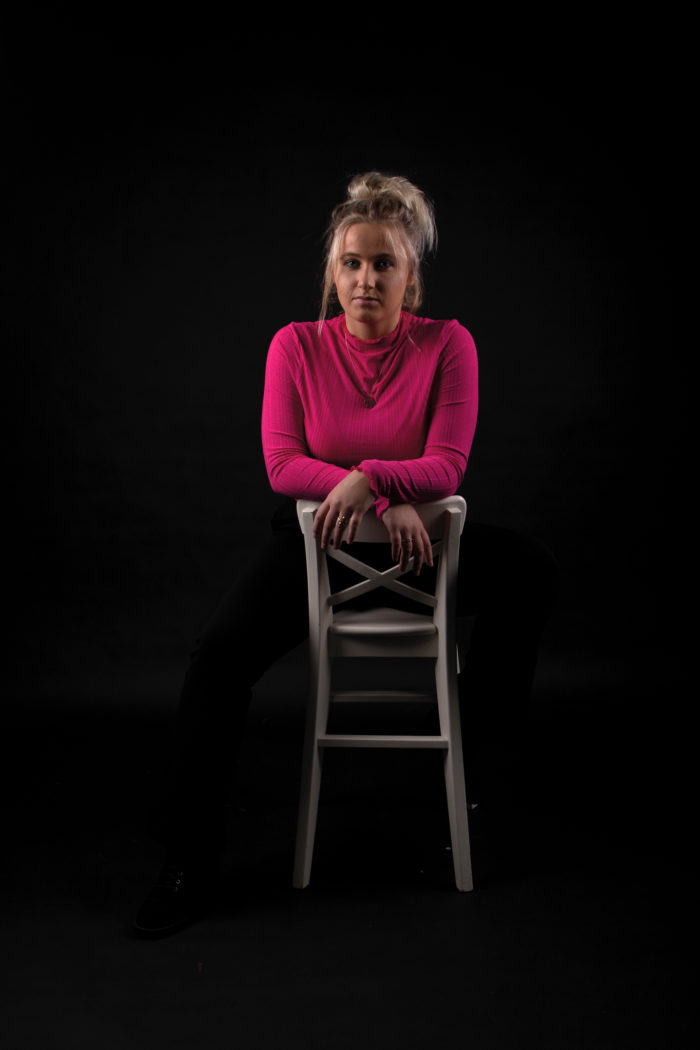 portfolio low key jonge dame leunend op stoel