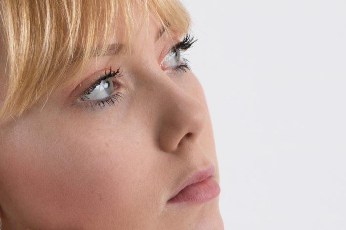 portfolio portret jonge dame close up van opzij