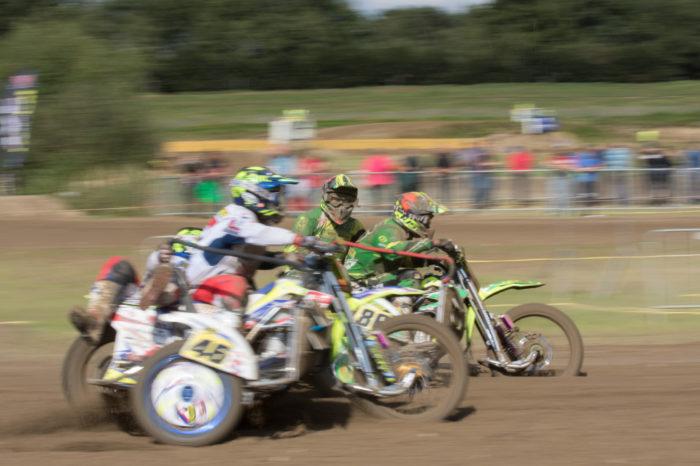 portfolio sport 2 motorcross zijspan in duel 1 kijkt naar camera