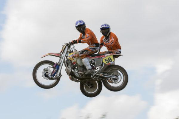 portfolio sport motorcross zijspan in de lucht kijken naar camera