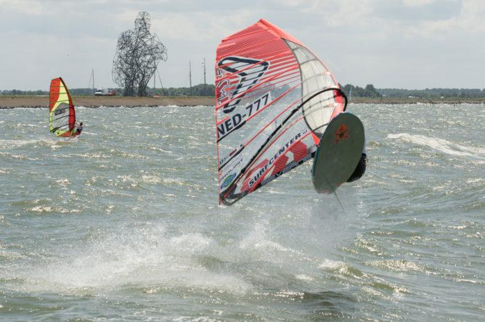portfolio sport nk windsurfen surfer springt op bij hurkende man