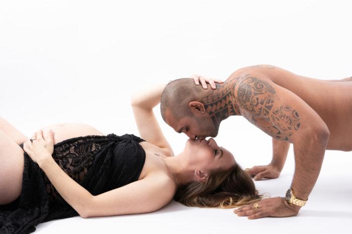 portfolio zwangerschap vrouw en man liggend op grond kus